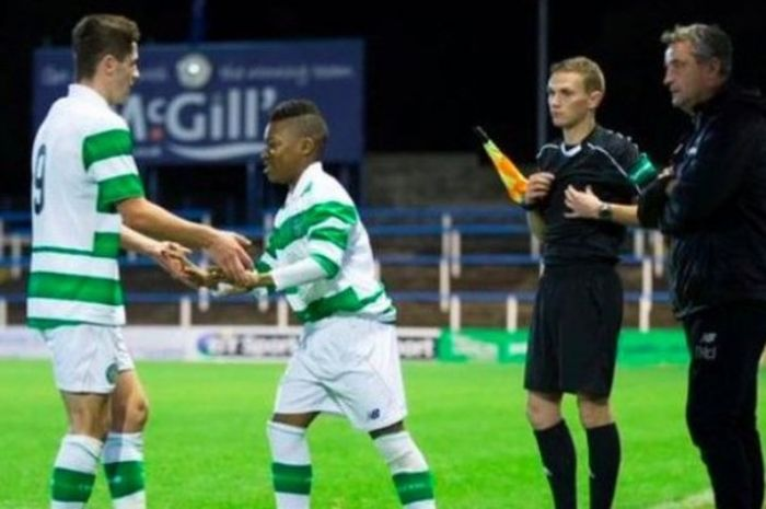 Karamoko Dembele (kedua dari kiri) saat masuk menggantikan Jack Aitchison dalam laga di kompetisi U-20 Skotlandia antara Celtic FC melawan Hearts di Cappielow Park, Greenock, 3 Oktober 2016.