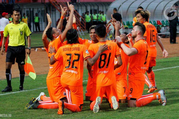Pemain Persija merayakan gol ke gawang PSIS Semarang di Stadion Sultan Agung, Bantul, Jumat (21/4/2018)