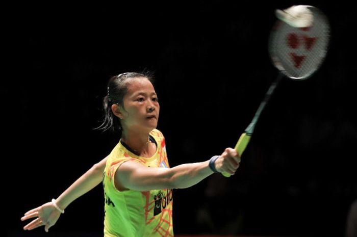 Pebulu tangkis tunggal putri nasional Indonesia, Fitriani, saat menjalani pertandingan melawan He Bingjiao (China).