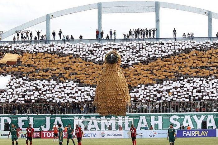 Suporter PSS Sleman membuat koreografi 4D Elang Jawa saat menjamu Persipura Jayapura dalam laga pembukaan Piala Presiden 2017 di Stadion Maguwoharjo, Sleman, Sabtu (4/2/2017).