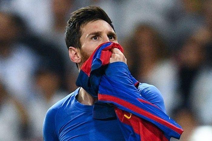 Ekspresi bahagia striker Barcelona Lionel Messi setelah mencetak gol ke gawang Real Madrid dalam pertandingan La Liga di Stadion Santiago Bernabeu, Madrid, 23 April 2017.