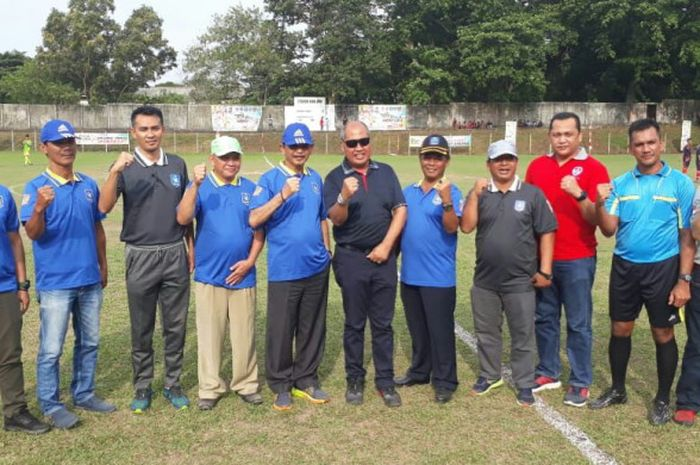 Asdep Olahraga Pendidikan Kemenpora Alman Hudri (tengah) bersama Bupati Bangka Barat Parhan Ali (lima dari kiri) dan Kadispora Prov Babel Suharto (lima dari kanan) dalam pembukaan Piala Menpora.