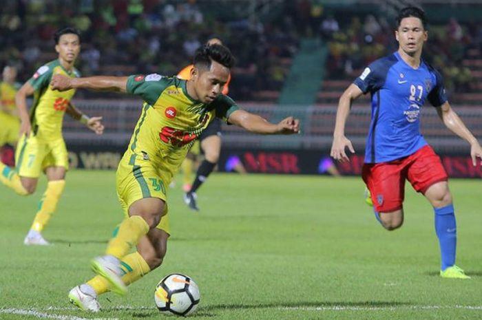 Aksi Andik Vermansah bersama Kedah FA saat dia diawasi bek Johor Darul Takzim, Fadli Shas (kanan) pada laga pekan ke-19 Liga Super Malaysia 2018 di Stadion Darul Aman, Alor Setar, 13 Juli 2018.