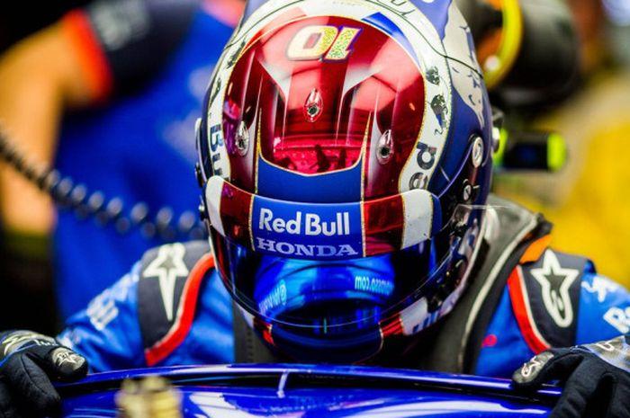 Pebalap Toro Rosso, Pierre Gasly (#10) saat akan memulai uji coba.