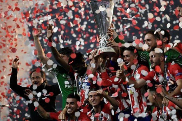 Atletico Madrid mengangkat trofi Liga Europa setelah memenangi laga final 2017-2018 dengan mengalahkan Olympique Marseille 3-0, Kamis (17/5/2018) dini hari WIB di Stadion Parc OL, Lyon.