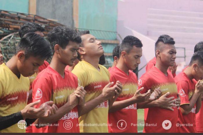 Para pemain Persiba Bantul berdoa sebelum melakoni latihan di Stadion Sultan Agung, Kabupaten Bantul