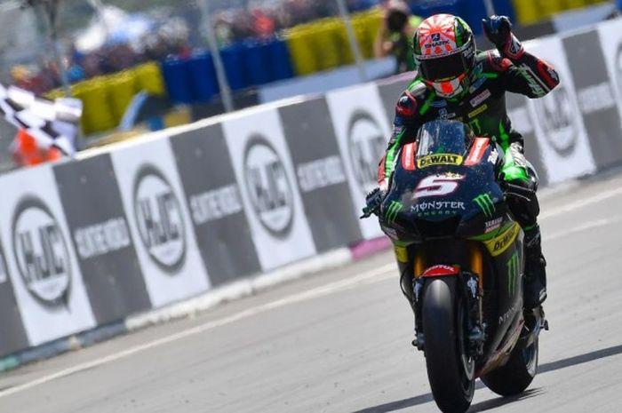 Pebalap Monster Yamaha Tech3 asal Prancis, Johann Zarco, bereaksi setelah melewati garis finis pada balapan GP Prancis di Sirkuit Le Mans, Minggu (21/5/2017).