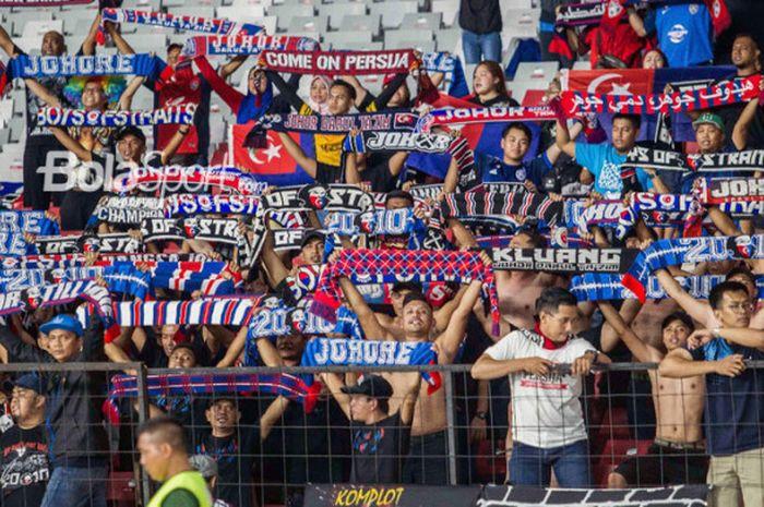 Aksi suporter Johor Darul Takzim dalam pertandingan kelima Grup H Piala AFC 2018 di Stadion Utama Gelora Bung Karno, Selasa (10/4/2018).