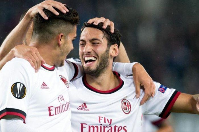 Hakan Calhanoglu (kanan) merayakan gol AC Milan bersama Andre Silva dalam partai Liga Europa lawan Austria Wien di Vienna, 14 September 2017.
