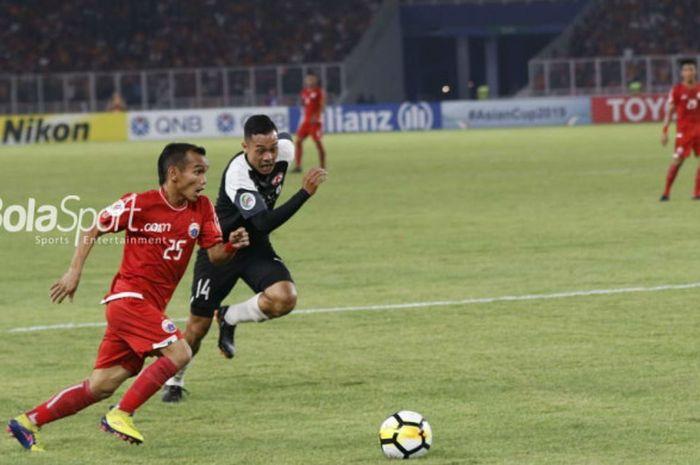 Gelandang Persija, Riko Simanjuntak, melakukan dribel pada laga Piala AFC 2018 kontra Home Unite