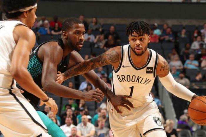 Point guard Brooklyn Nets, D'Angelo Russell, berupaya melewati penjagaan pemain Charlotte Hornets saat timnya berlaga di Barclays Center, Brooklyn, New York, Amerika Serikat, Rabu (26/12/2018) malam waktu setempat.