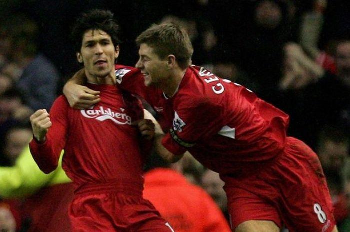 Luis Garcia (kiri) dan kapten Liverpool FC, Steven Gerard, merayakan gol yang dicetak ke gawang Arse