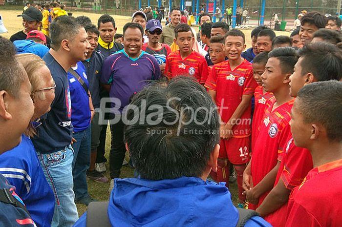 CEO Arema FC Iwan Budianto saat berbincang dengan tim Akademi Arema U-14 di Lapangan Luar Stadion Gajayana Kota Malang, Sabtu (11/8/2018).