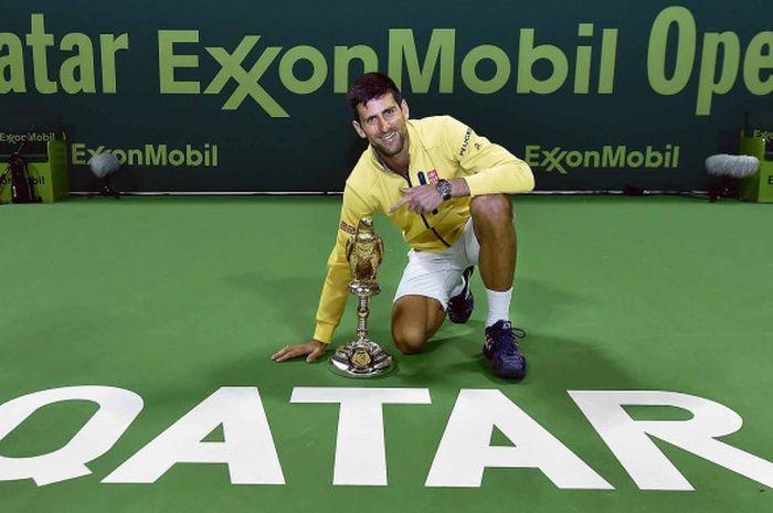 Novak Djokovic berpose dengan trofi Qatar Open 2017 setelah menumbangkan Andy Murray.