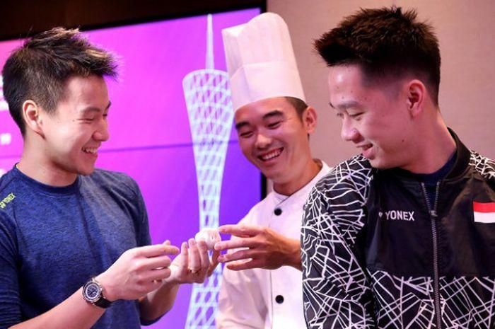 Pasangan ganda putra Indonesia, Marcus Fernaldi Gideon/Kevin Sanjaya Sukamuljo, belajar membuat dim sum dalam rangkaian turnamen BWF World Tour Finals 2018 yang digelar di Guangzhou, China, Senin (10/12/2018).