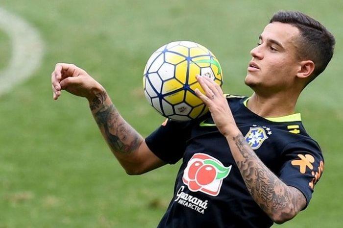 Pemain tim nasional Brasil, Philippe Coutinho, menjalani sesi latihan di Stadion Mineirao, Belo Horizonte, Rabu (9/11/2016).