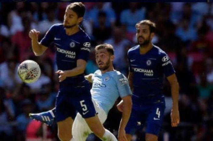Pemain Chelsea, Cesc Fabregas dan Chelsea, berduel dengan pemain Manchester CIty, Bernardo Silva