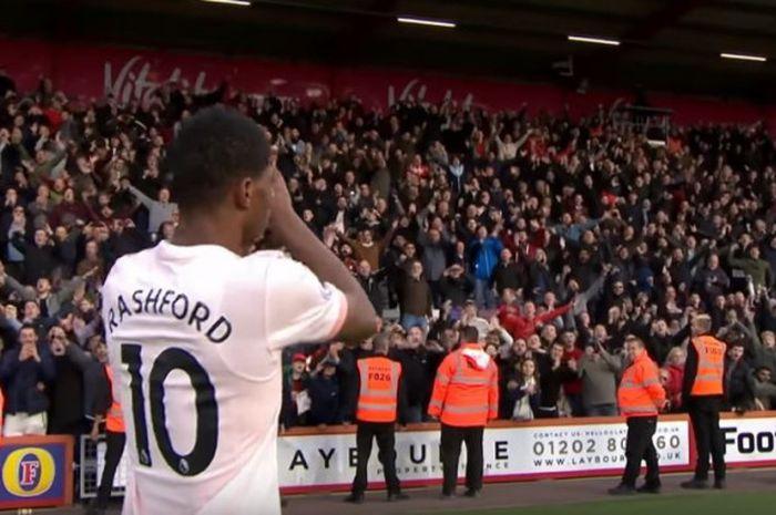 Striker Manchester United, Marcurs Rashford, memberikan tepuk tangan apresiasi bagi fan yang hadir di pertandingan melawan Bournemouth pada Sabtu (3/11/2018) di Stadion Vitality.