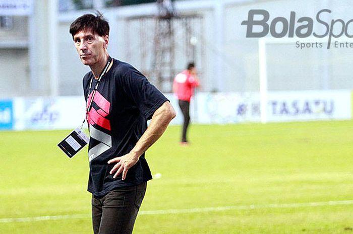 Pelatih Arema FC, Milan Petrovic, saat tim asuhannya melawan Mitra Kukar di Stadion  Madya Aji Imbut Tenggarong Kabupaten Kutai Kartanegara Kalimantan Timur, Jumat (27/7/2018).