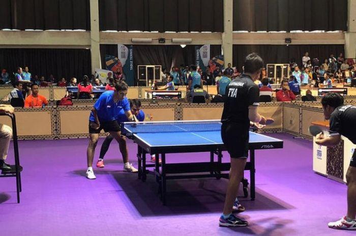 Ganda putra tenis meja disabilitas Indonesia, David Jacobs/Komet Akbar (baju biru), tampil pada laga
