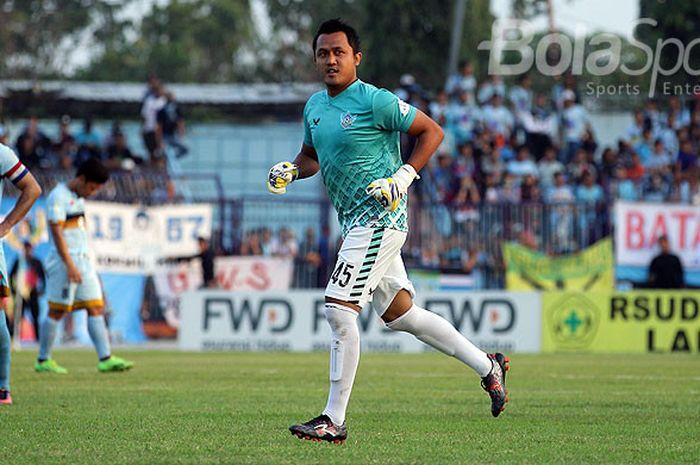 Penjaga gawang Persegres Gresik United , Aji Saka, saat tampil melawan Persela Lamongan dalam laga pekan ke-27 Liga 1 di Stadion Surajaya Lamongan, Jawa Timur, Sabtu (30/09/2017) sore.