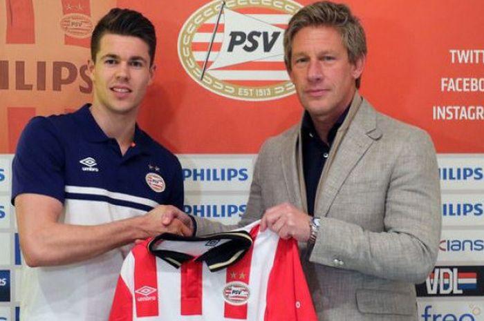 Marcel Brands bersama Marco van Ginkel dalam sesi perkenalan pemain baru PSV Eindhoven pada bursa transfer musim dingin 2016.