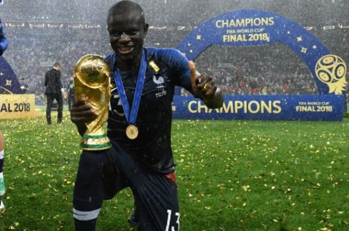N'Golo Kante berpose dengan trofi juara Piala Dunia 2018 yang dimenangi timnas Prancis seusai meneku