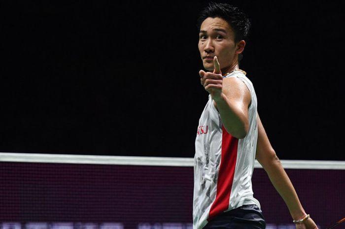Pebulu tangkis tunggal putra Jepang, Kento Momota, bereaksi saat meraih poin atas lawannya, Shi Yuqi (China). Momota meraih gelar juara dunia tahun ini setelah mengalahkan Shi dengan skor 21-11, 21-13 pada laga final yang berlangsung di Nanjing Olympic Sports Centre, Nanjing, China, Minggu (5/8/2018).