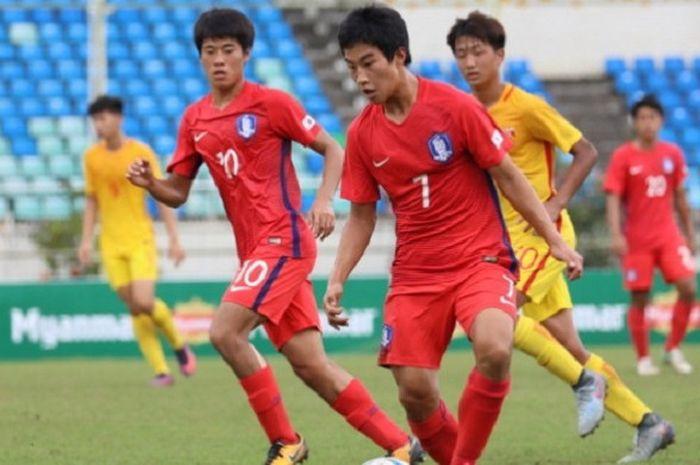 Para pemain timnas U-16 China saat bertanding kontra timnas U-16 Korea Selatan pada laga Kualifikasi