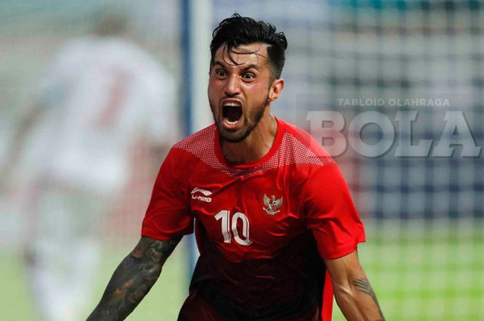 Selebrasi gelandang timnas U-23 Indonesia, Stefano Lilipaly,  seusai mencetak gol dalam pertandingan babak 16 besar sepak bola Asian Games 2018 melawan Uni Emirat Arab di Stadion Wibawa Mukti, Jumat (24/8/2018).