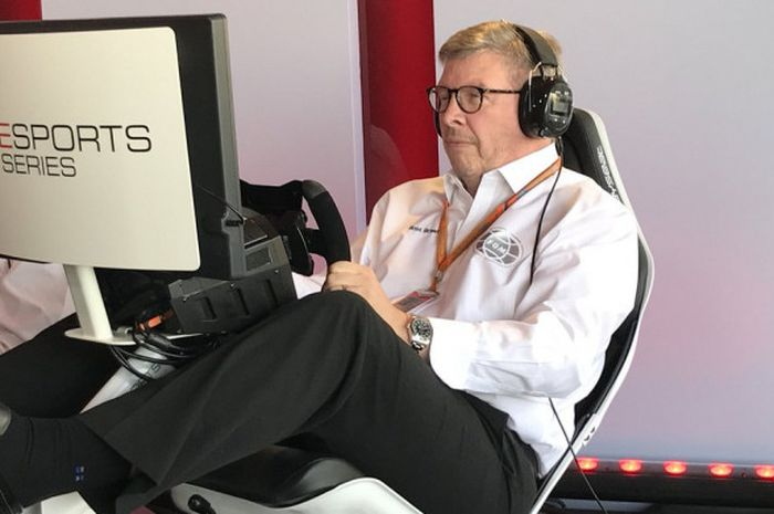 Managing Director of Motorsport F1, Ross Brawn, menjajal permainan F1 2017.