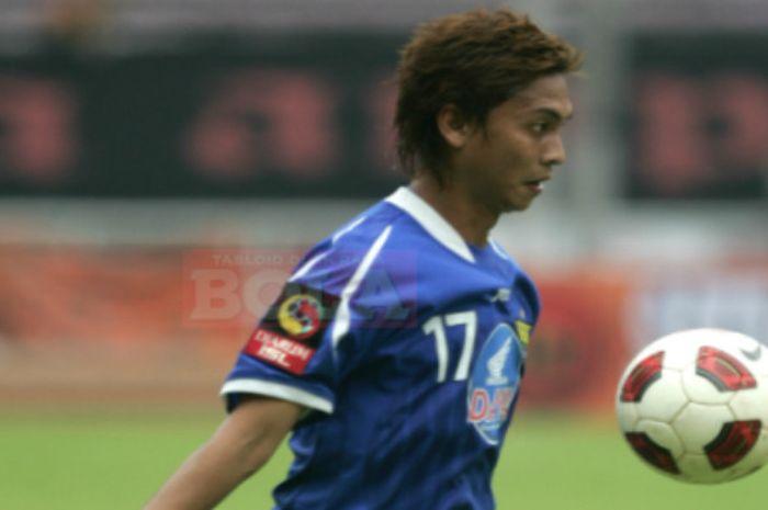 Pemain timnas Singapura, Shahril Ishak saat memperkuat Persib Bandung pada 2010 dalam laga tandang m