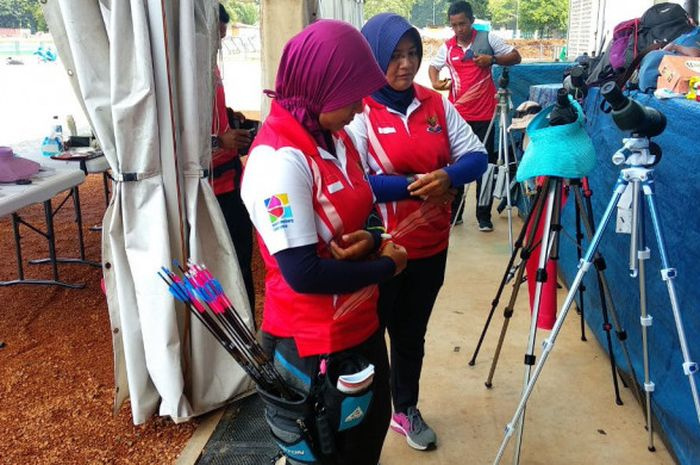 Para atlet panahan Indonesia sedang bersiap-siap melakukan latihan di Lapangan Panahan Gelora Bung Karno, Senayan, Jakarta, Selasa (10/4/2018) siang.
