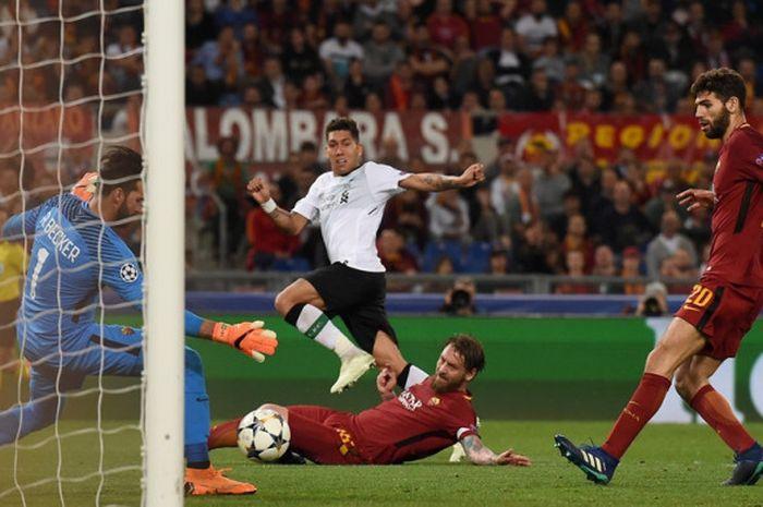Penyerang Liverpool FC, Roberto Firmino, melepaskan tembakan dalam laga leg kedua semifinal Liga Champions kontra AS Roma di Stadion Olimpico, Roma, Italia pada 2 Mei 2018.