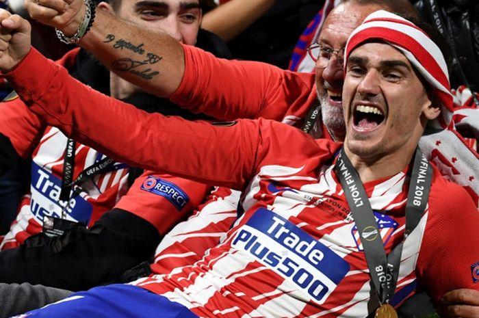 Penyerang Atletico Madrid, Antoine Griezmann, melakukan selebrasi setelah timnya keluar sebagai juara Liga Europa musim 2017-2018 di Stade de Lyon, Rabu (15/5/2018) waktu setempat.