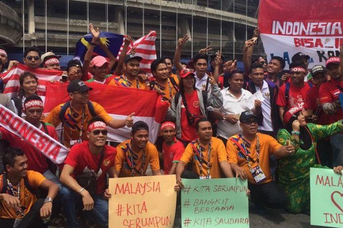 Ribuan suporter Timnas Indonesia bersiap mendukung Garuda Muda berlaga melawan Kamboja di Stadion S