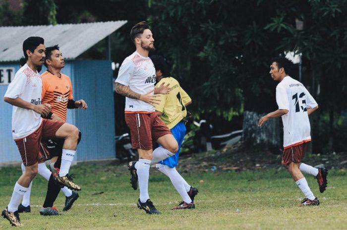 Pemain PSM Makassar, Marc Klok, saat memberikan ilmu kepada masyarakat Makassar