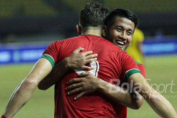I Putu Gede memeluk Ilija Spasojevic di laga persahabatan melawan Timnas Guyana, Sabtu (25/11/2017)