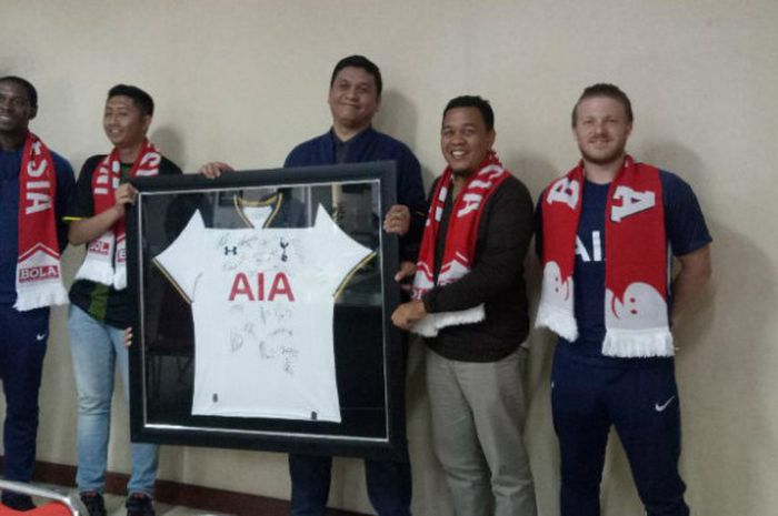 Global Coaching Team Tottenham Hotspur, Anton Blackwood dan Danny Mitchell, bersama perwakilan AIA mengunjungi markas Tabloid BOLA dan BolaSport.com di Palmerah Barat, Jakarta, pada Selasa (24/4/2018).