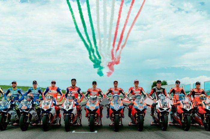 Andrea Dovizioso dan Jorge Lorenzo bersama 10 pebalap lain saat World Ducati Week di Sirkuit Misano, Italia, Sabtu (21/7/2018).