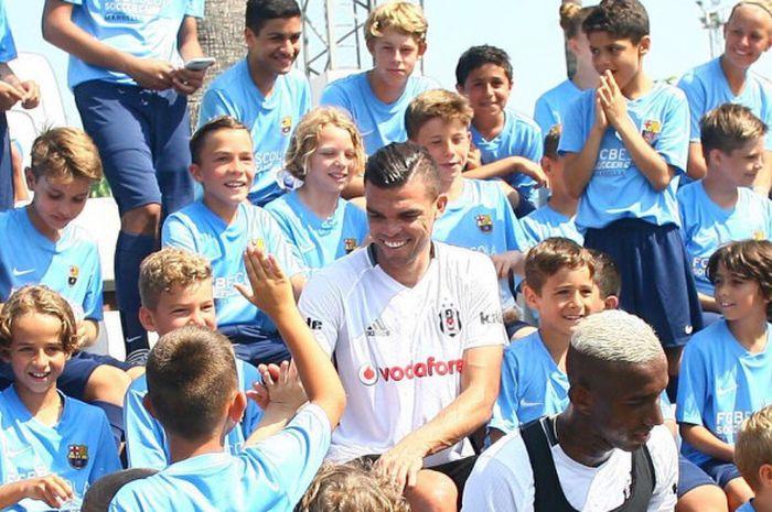 Pepe saat dikunjungi oleh Akademi Barcelona di Marbella,  Spanyol.