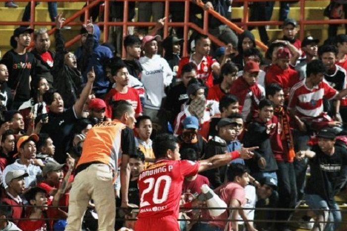 Bambang Pamungkas berusaha menengkan suporter ditengah bentrok usai pertandingan di Stadion Sultan Agung, Bantul, Selasa (18/9/2018)