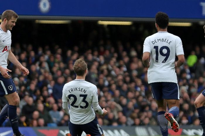 Gelandang Tottenham Hotspur, Christian Eriksen (kedua dari kiri), merayakan golnya ke gawang Chelsea dalam laga Liga Inggris di Stadion Stamford Bridge, London pada 1 April 2018.