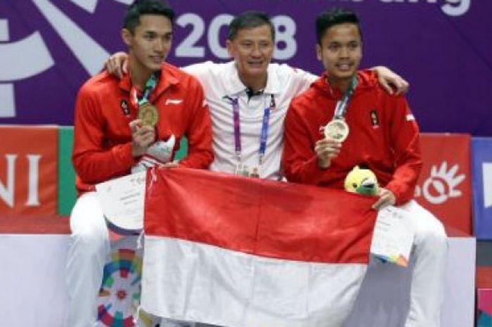 Jonatan Christie (kiri), Hendry Saputra (tengah), dan Anthony Sinisuka Ginting (kanan) berpose bersama memperlihatkan medali yang didapat pada ajang Asian Games 2018.