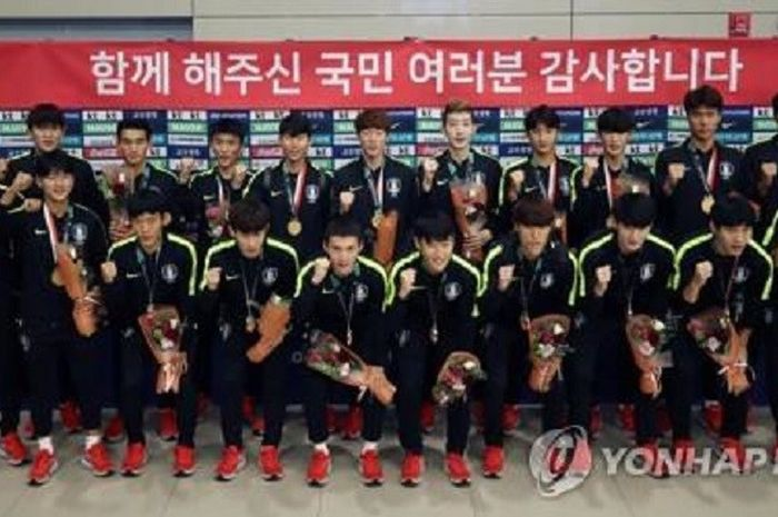 Skuat timnas U-23 Korea Selatan berpose dengan medali emas sepak bola Asian Games 2018 saat tiba di Bandara Internasional Incheon, Senin (3/9/2018).