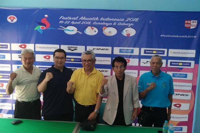 Dari kiri ke kanan, Herlambang wijaya (waketum pengprov prsi jatim)  Robert Francis Gumulya  (Ketua panpel FAI),  Ali Patiwiri (Sekjen PRSI),  Anang (PRSI Jatim), dan Suroyo. (tekniikal delegate renang) dalam presscon jelang Festival Akuatik Indonesia 2018, Minggu (15/4/2018).