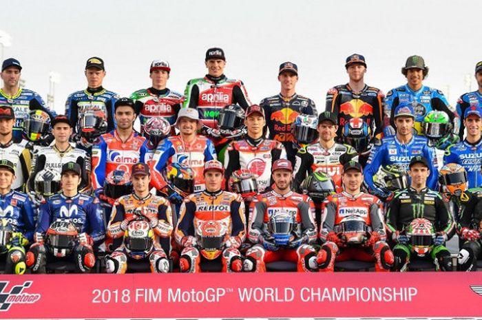 Seluruh pebalap yang berlaga pada MotoGP 2018 berpose sebelum menghadapi seri balapan GP Qatar di Sirkuit Internasional Losail, Qatar, Rabu (14/3/2018).