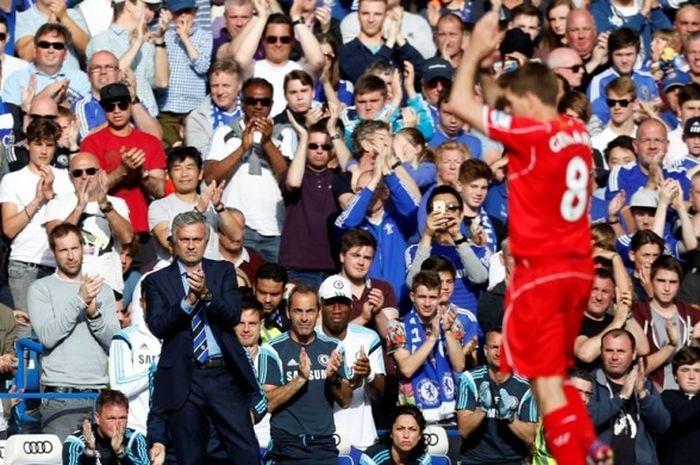 Manajer Chelsea, Jose Mourinho, memberikan tepuk tangan untuk gelandang Liverpool FC, Steven Gerrard, yang ditarik keluar dalam laga Premier League di Stadion Stamford Bridge, London, Inggris, pada 10 Mei 2015.