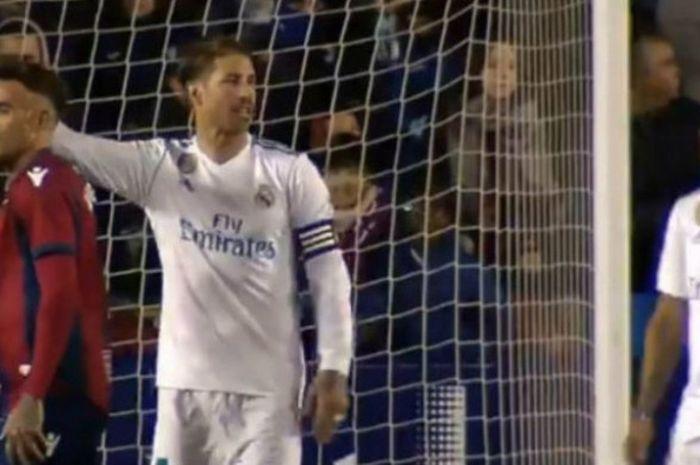 Kapten Real Madrid, Sergio Ramos, menegur Macelo dalam laga Liga Spanyol kontra Levante di Estadio Ciudad de Valencia, Sabtu (3/2/2018)
