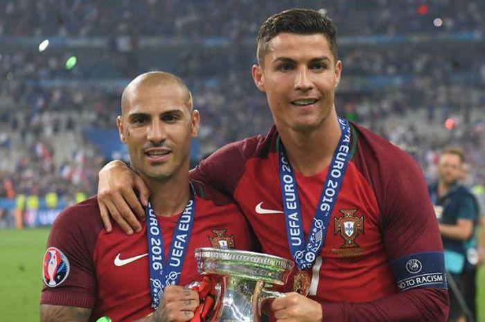 Ricardo Quaresma dan Cristiano Ronaldo berpose dengan trofi Piala Eropa 2016 usai timnas Portugal su